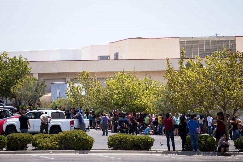 美國德州大型超市3日發生槍擊案,造成多人死傷,場外消費者驚魂未定。(法新社)