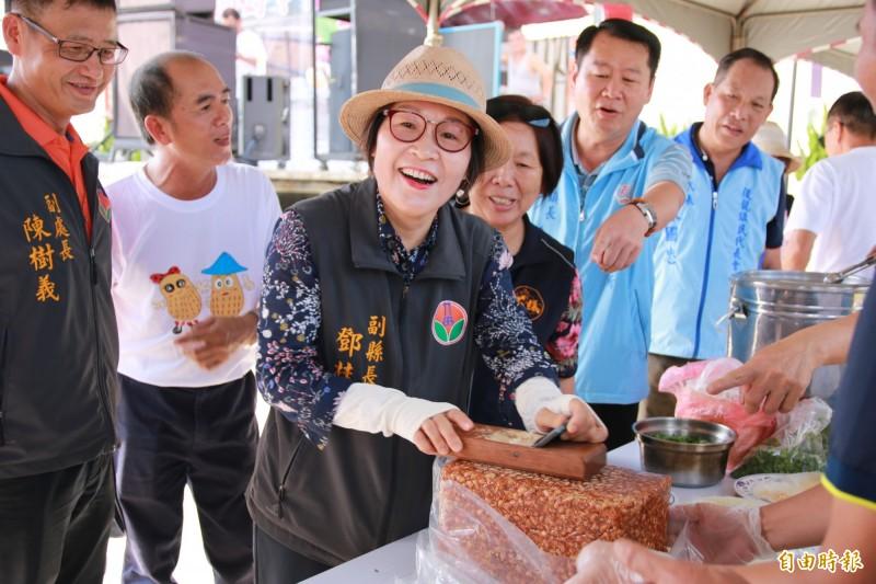 苗栗副縣長鄧桂菊體驗製作花生捲冰淇淋。(記者鄭名翔攝)