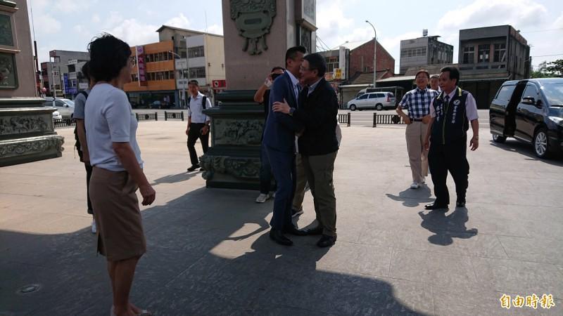 民進黨主席卓榮泰到北港武德宮參拜,一下車先和武德宮主委林安樂熱情擁抱,顯示交情深厚。(記者廖淑玲攝)