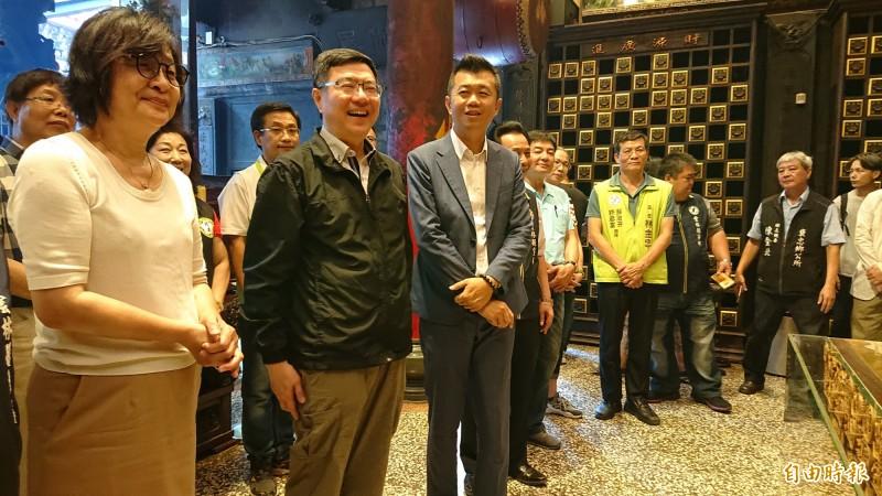 民進黨主席卓榮泰(左二)在立委蘇治芬等黨公職人員陪同下到北港武德宮參拜,獨不見許忠富。(記者廖淑玲攝)