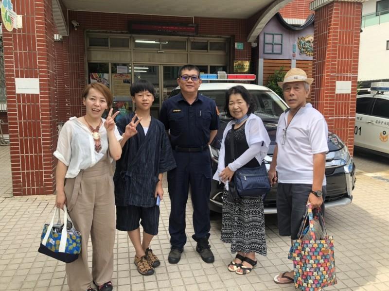 日本人中家先生(右一)等4位家人2年後再到南市警安平派出所感謝警員陳榮振(中者)2年前對他們的協助。(記者王俊忠翻攝)