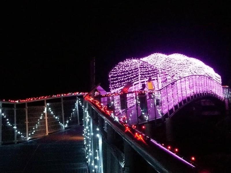 彰化市天空步道變身為幸福鵲橋。(取自林世賢臉書)