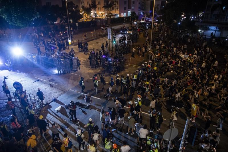 香港警方在昨夜清場期間,多次以強光等方式阻礙記者採訪。(彭博)