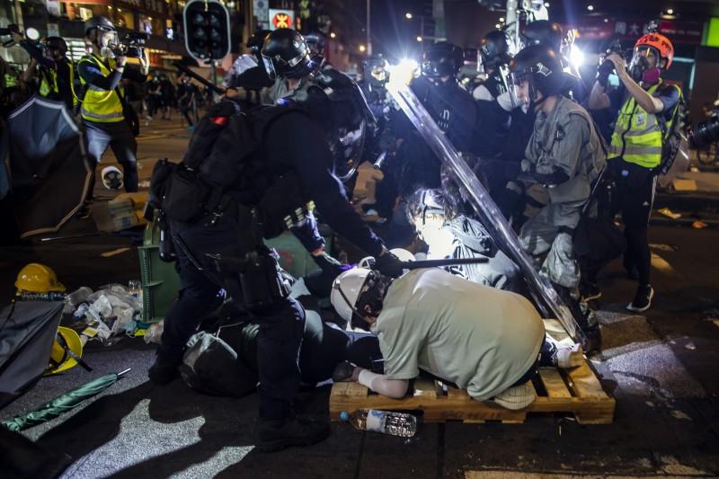 港警昨晚在旺角暴力清場,四處以警棍毆打路人,再度引起港人公憤。(彭博社)