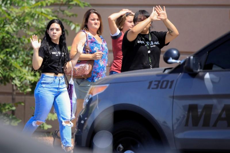 美國德州一間沃爾瑪連鎖超市發生槍擊案,至少釀成20死26傷,有休假士兵在這場大屠殺中帶著一群小孩逃出生天,被美國網友直呼是英雄。圖為現場疏散的民眾。(路透)