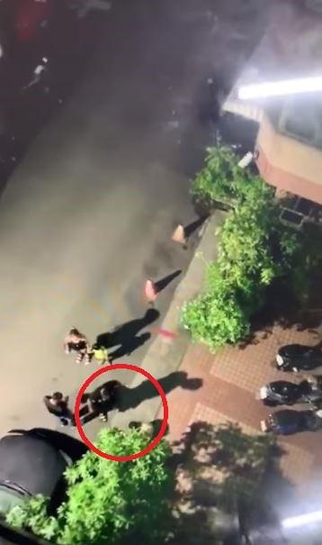 雲林西螺疑是父親的男子,把大哭失聲的小女童當成沙包在踢,警方目前已介入偵辦。(圖擷自「爆料公社」臉書)