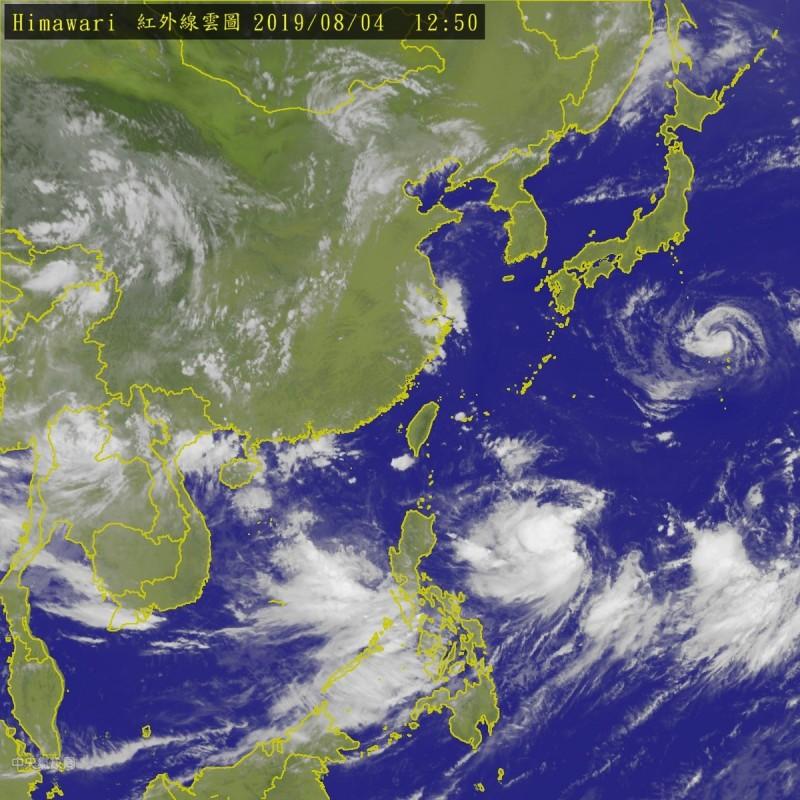 位於菲律賓東方海面的熱帶性低氣壓,最快在今增強為輕度颱風「利奇馬」,最新數據有向西修正趨勢。(中央氣象局)