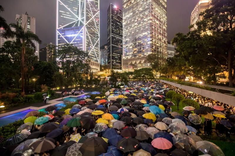 香港民眾將於5日發起「全港大三罷」行動。圖為數千名香港金融界人士1日於遮打花園「快閃」集會,呼籲響應罷工。(彭博)