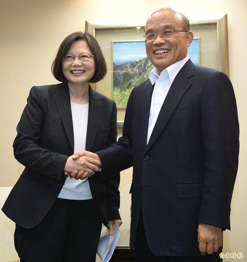 陳芳明認為,蘇貞昌(右)接受蔡英文(左)任命擔任行政院長,重出江湖,效果不同凡響,最令他驚艷的是今年解開了同志議題的困境。(資料照)