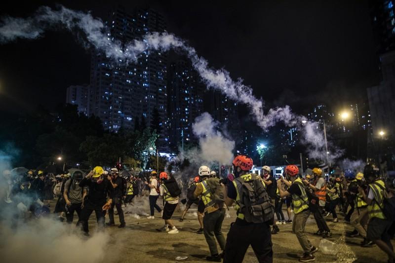 香港黃大仙站附近,警民爆發激烈對峙,警方對民眾施放催淚彈清場。(彭博)