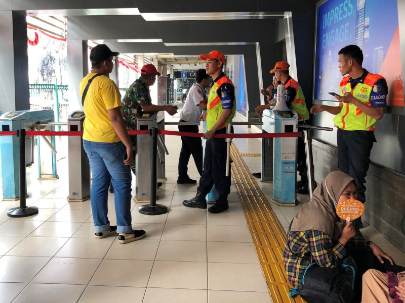 雅加達地鐵受到停電影響停駛。(路透)
