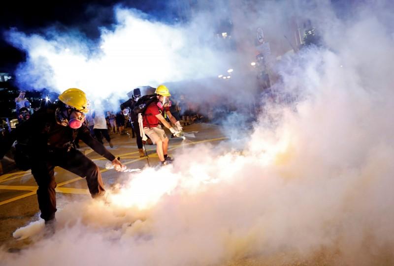 香港示威者齊心撲滅催淚彈。(資料照,路透)