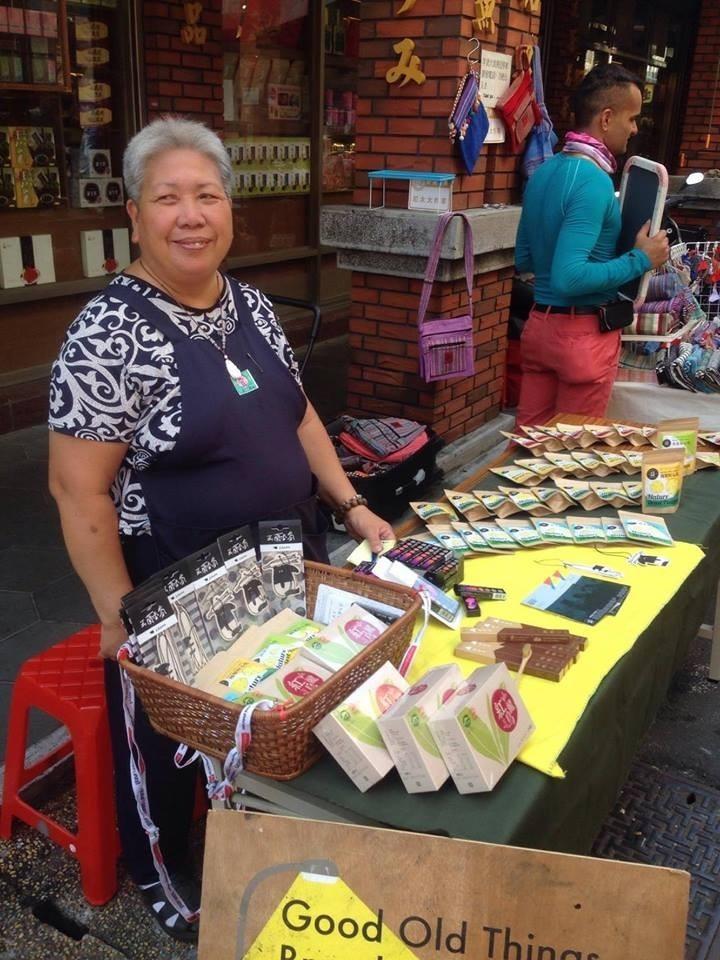 人生百味推出過街賣專屬泡泡糖、與「馬來貘」限定合作的香氛片。(人生百味提供)