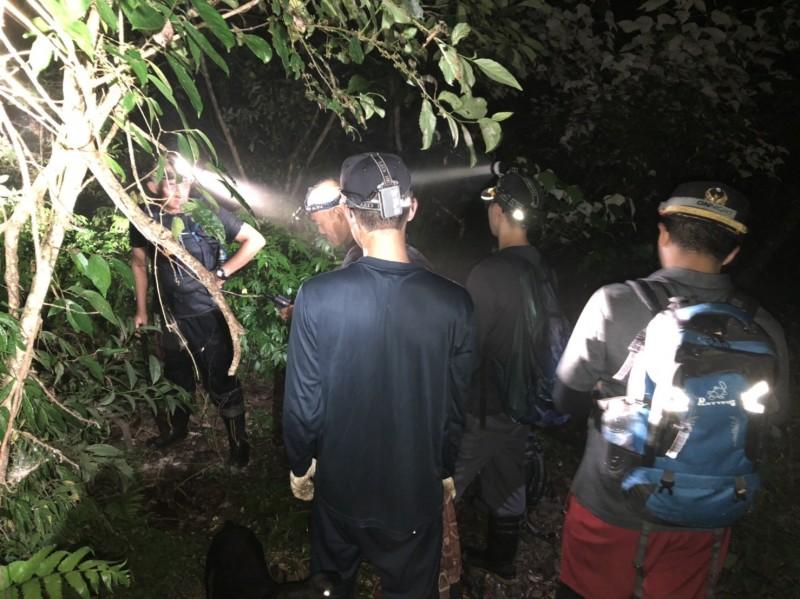 6名登山客在宜蘭縣大同鄉寒溪村山區迷路,宜蘭縣消防局搜救小組上山搜尋。(記者江志雄翻攝)