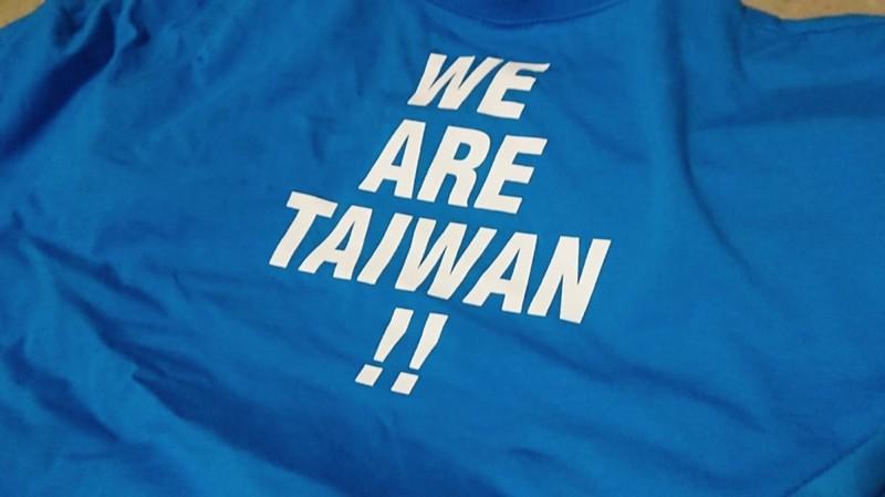 U12世界盃少棒賽,穎艾達利在開幕跟閉幕都穿上這件「Taiwan」T恤觀賽。(擷取自穎艾達利臉書)