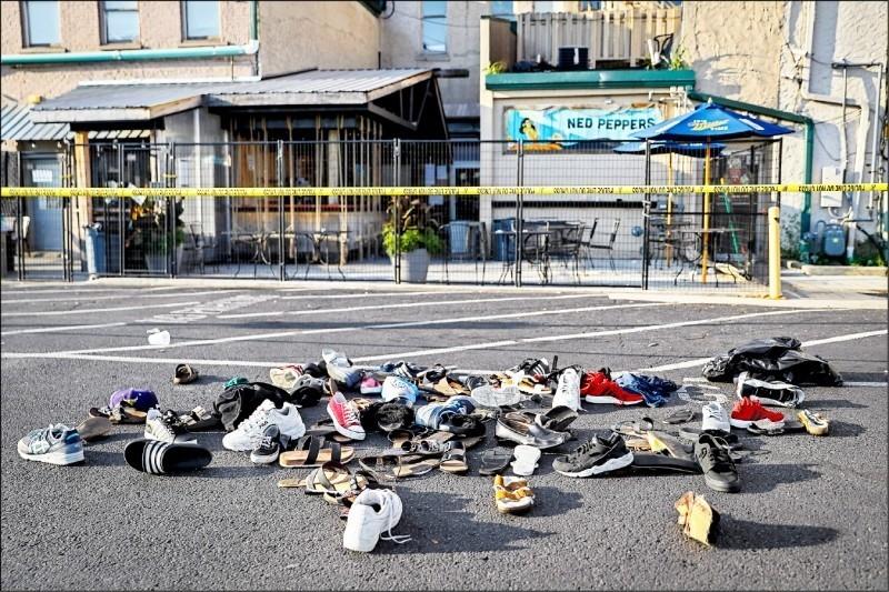 美國俄亥俄州岱頓市4日凌晨發生濫射血案,造成10人喪生,許多民眾的鞋子四散在案發的俄勒岡區第五東街前。(美聯社資料照)