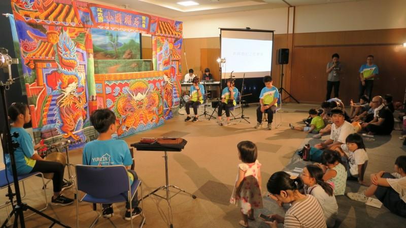 石榴國小布袋戲團出國表演,在日本偶戲節演出成功。(記者詹士弘翻攝)