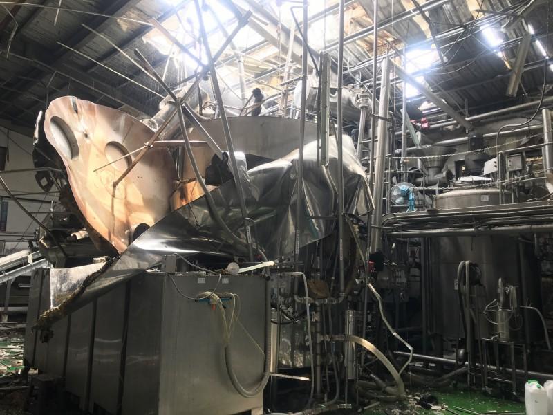 彰化福峰酒廠氣爆,釀酒鐵桶整個被炸爛。(記者陳冠備翻攝)