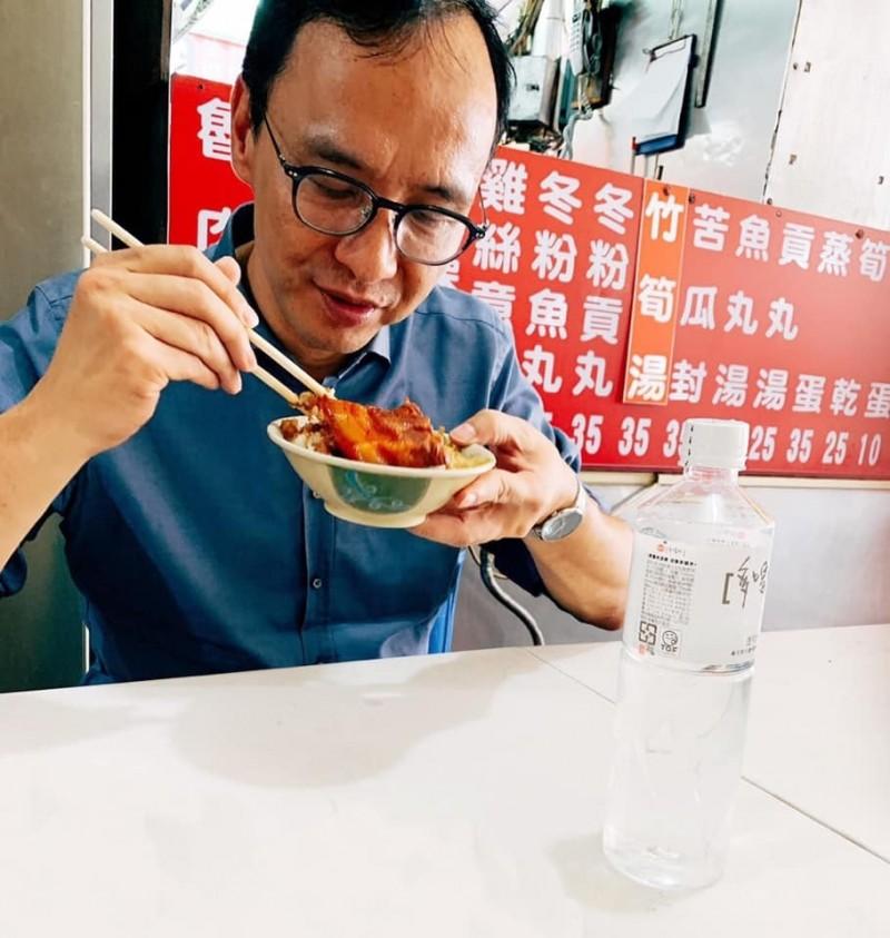 朱立倫在臉書貼了一張吃「滷肉飯」的照片,但飯上有一大塊肉,引起網友歪樓討論,有人主張那碗是「爌肉飯」而非滷肉飯;朱辦還特地解釋了南北稱呼的差異。(取自朱立倫臉書)
