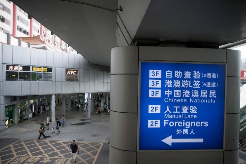 南華早報指出,遭中國當局實施邊境控制的人數可能達上百萬。(彭博檔案照)