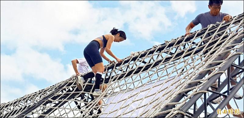 圖為雷艾美在攀爬高空網繩的過程。(記者俞肇福攝)