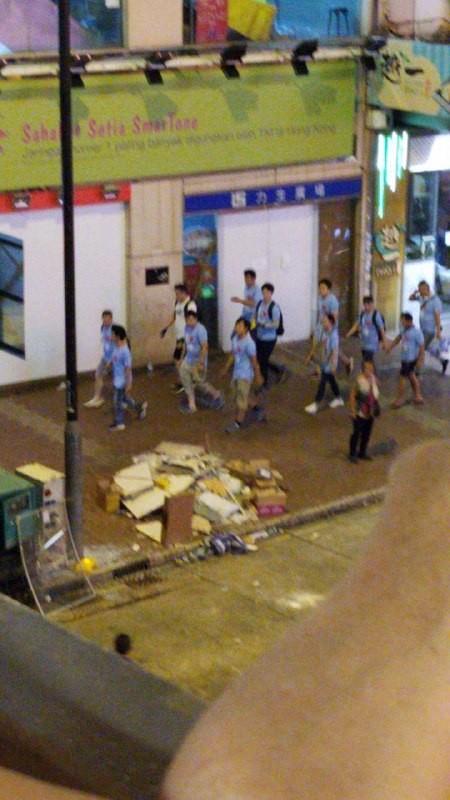 據「民間人權陣線資訊頻道」消息,有「藍衣人」將示威者打至頭破血流。(圖擷取自Telegram_寶寶channel)