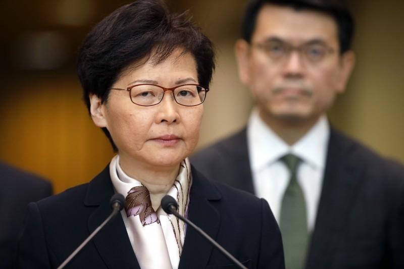 香港特首林鄭月娥今(5)日召開記者會,譴責示威行動暴力、訴求變質,呼籲市民不要參與罷工,但仍未對民間「五大訴求」進行回應。(彭博)