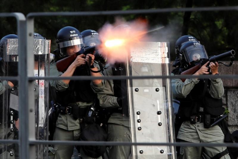 大埔警方在住宅區施放催淚彈。(路透)