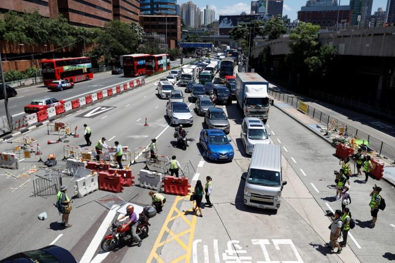 香港市民展開罷工並在道路擺設路障,竟有車輛衝撞人群。香港交通要道路障示意圖。(路透)