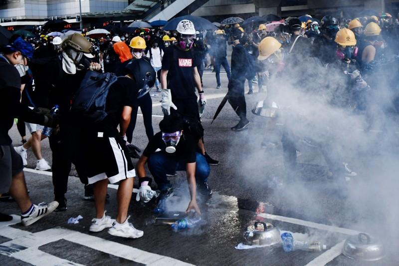 警察在金鐘施放多次催淚彈。(法新社)