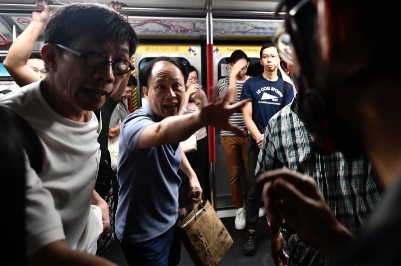 示威者舉動引發乘客不滿,雙方爆發衝突,甚至出現「屯門站因有大量人士衝突情況」,而直接關閉車站。(法新社)