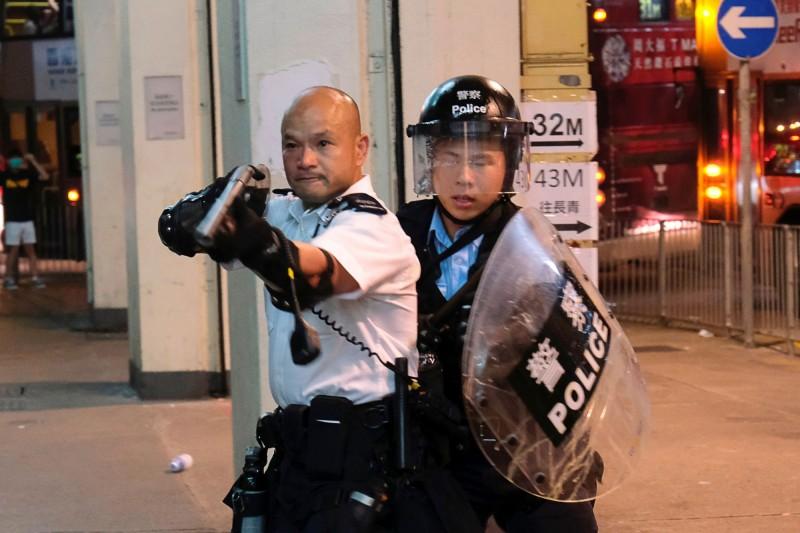 香港警方今(5日)下午指出,反送中運動迄今已逮捕了420人,另發射約1000枚催淚彈。(路透)