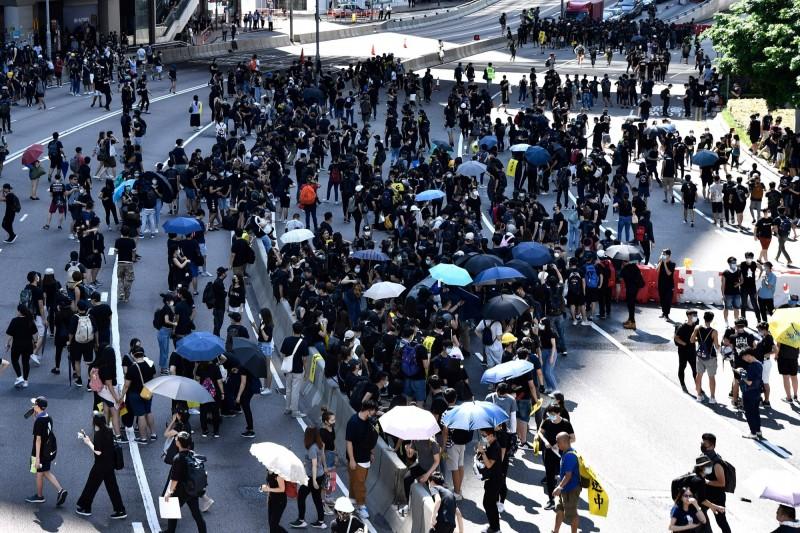 香港今(5日)下午展開七區大集會,民眾紛紛走上街頭。(法新社)