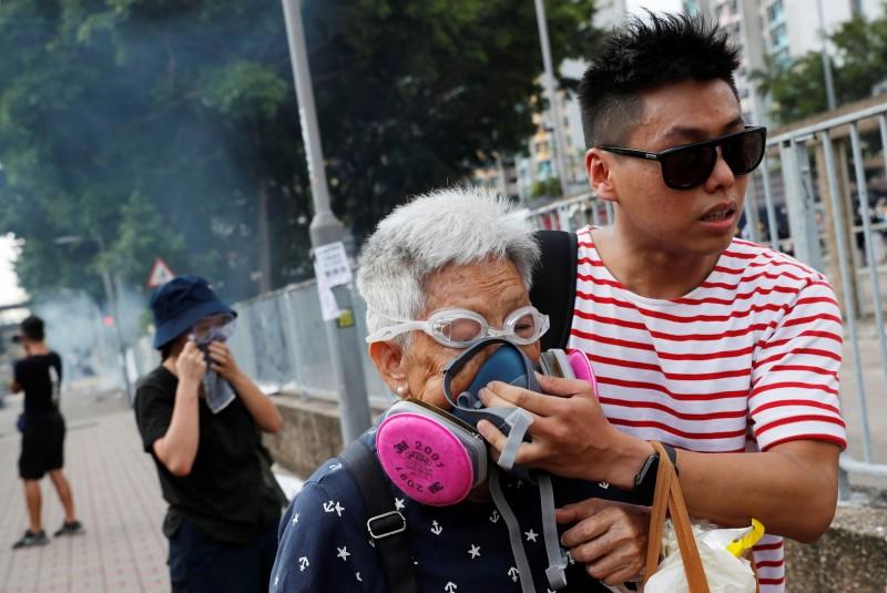 天水圍警方的催淚煙,波及老人家。(路透)