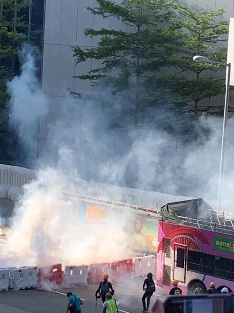 警察在金鐘放催淚彈。(圖擷取自Telegram_香港眾志)