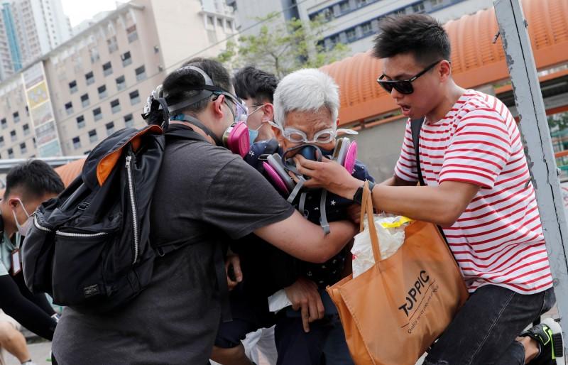 香港天水圍5日有長者中了警方施放的催淚瓦斯,反送中示威者予以協助。(路透)