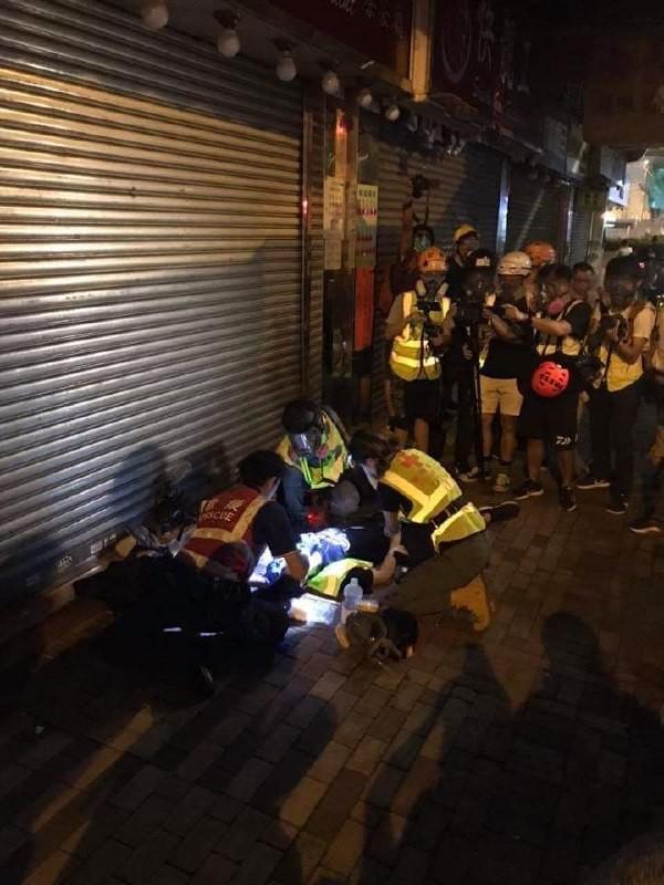 有記者頭部遭催淚彈擊中。(圖擷取自Telegram_民間人權陣線頻道)