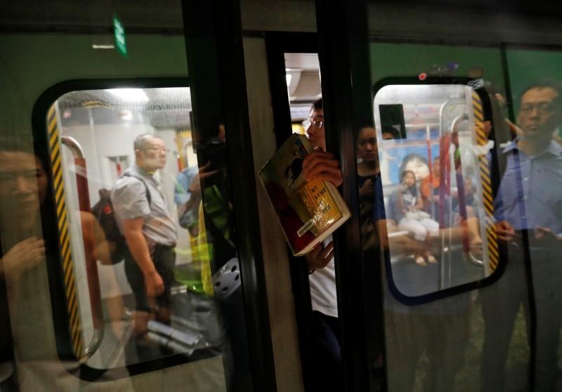 全港罷工及不合作運動展開,港鐵多班多車關門受阻無法開出。(路透)