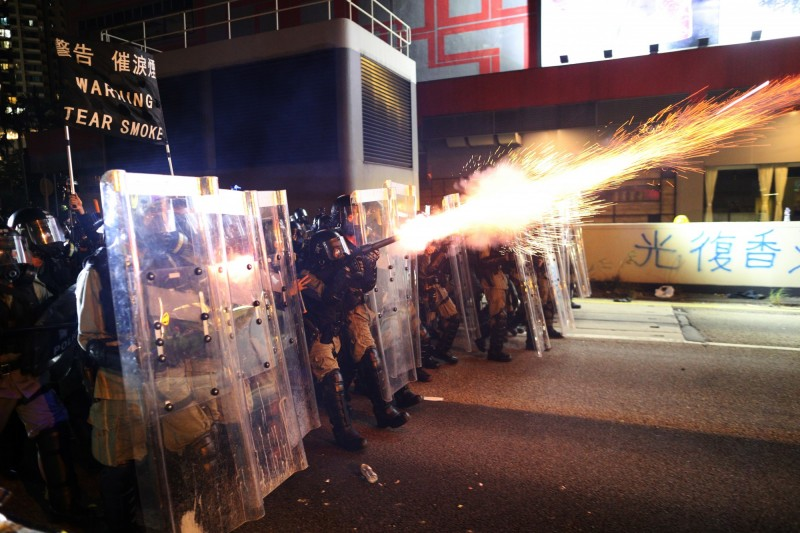 香港警方今晚在多個區域以武力壓制群眾。(歐新社)