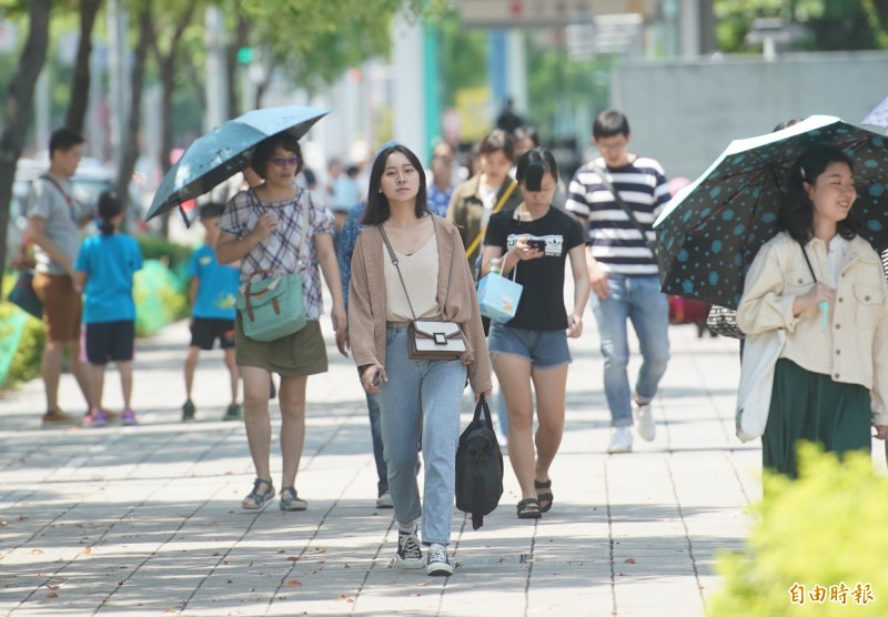 明天各地紫外線指數高,西半部晴朗悶熱,惟午後會出現雷陣雨,而東半部則有短暫陣雨,提醒民眾外出除了做好防曬工作外,也要記得攜帶雨具。(資料照,記者黃志源攝)