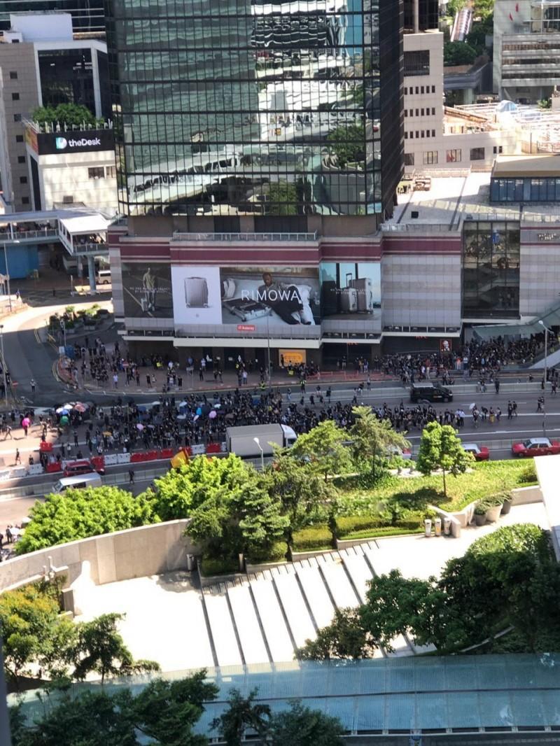 示威者佔領金鐘夏慤道。(圖擷取自Telegram_香港眾志)