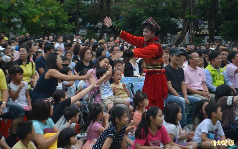 紙風車劇團6月才到台中太平新平國小演出「武松打虎」,演員下台和觀眾開心互動。(資料照,記者陳建志攝)