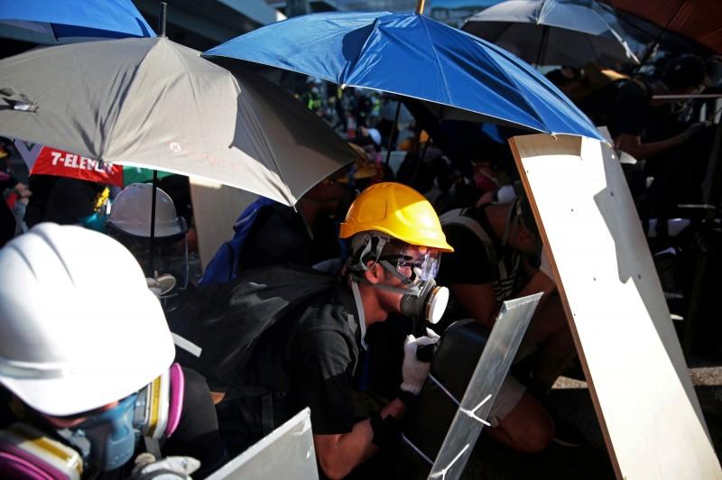 香港今(5)日舉行罷工、罷課、罷市行動,許多示威者穿戴配備,繼續上街頭抗議。(路透社)