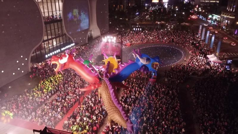 2018年台中花都藝術季閉幕大戲,紙風車首創室內戶外同步演出。(資料照,台中市文化局提供)