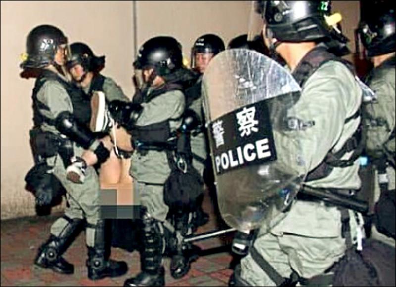 香港新界元朗區的天水圍警署四日晚間至五日凌晨被反送中抗爭者包圍,鎮暴警察清場將一名女抗爭者抬入警署時,竟扯下她的裙子和內褲,造成該名年輕女子的下半身「走光」。(圖:取自葉蘊儀臉書)