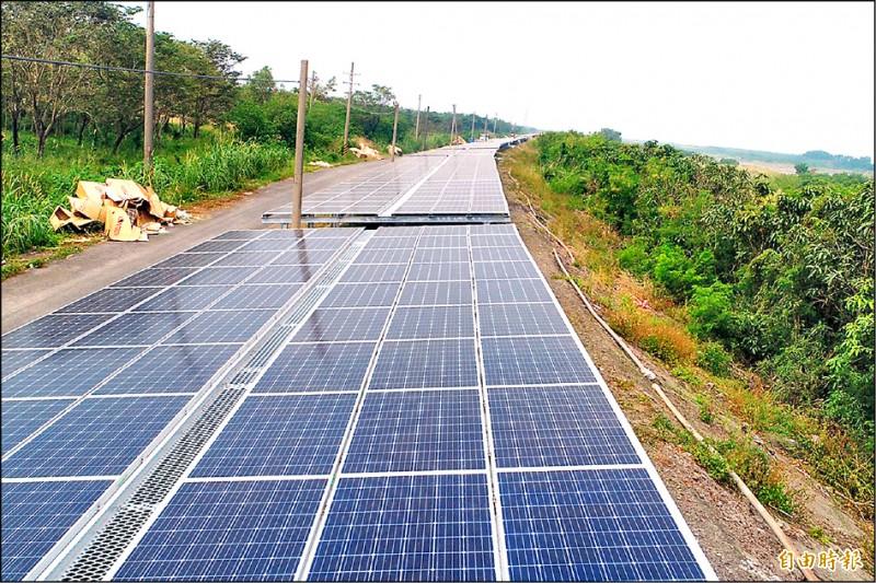 屏東縣全國首創「河堤種電」,今年也達到2MW的發電量。 (記者邱芷柔攝)