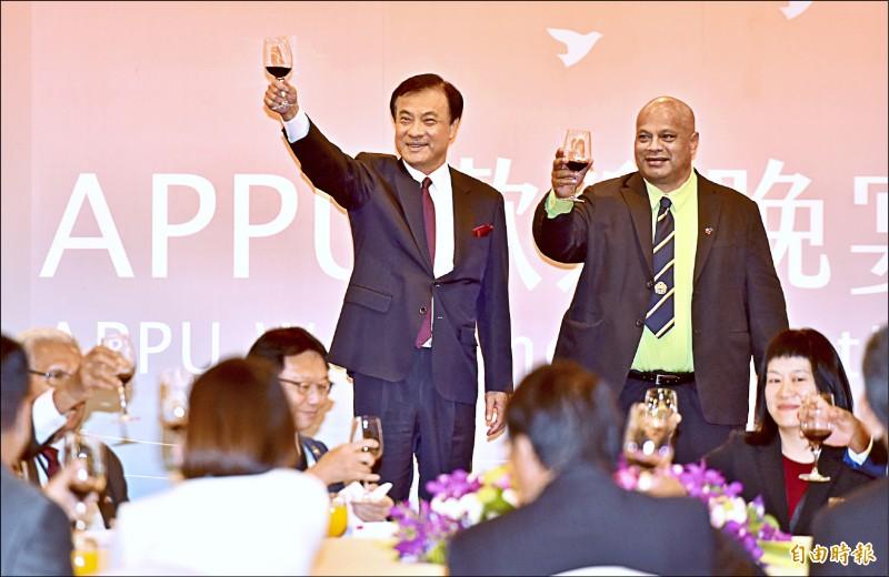 立法院長蘇嘉全昨出席並主持第49屆APPU年會歡迎晚宴,與諾魯議長Hon.Cyril Buraman(右)舉杯歡迎各國佳賓。(記者塗建榮攝)