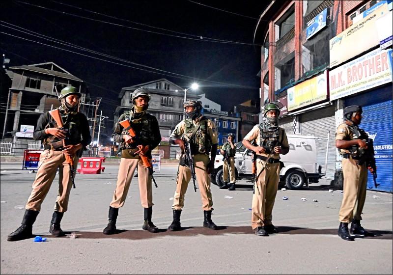 印度政府五日公布總統令,廢止憲法賦予印控喀什米爾的「自治特殊地位」。圖為印度準軍事部隊四日駐守於喀什米爾首府斯利那加街頭。(法新社)