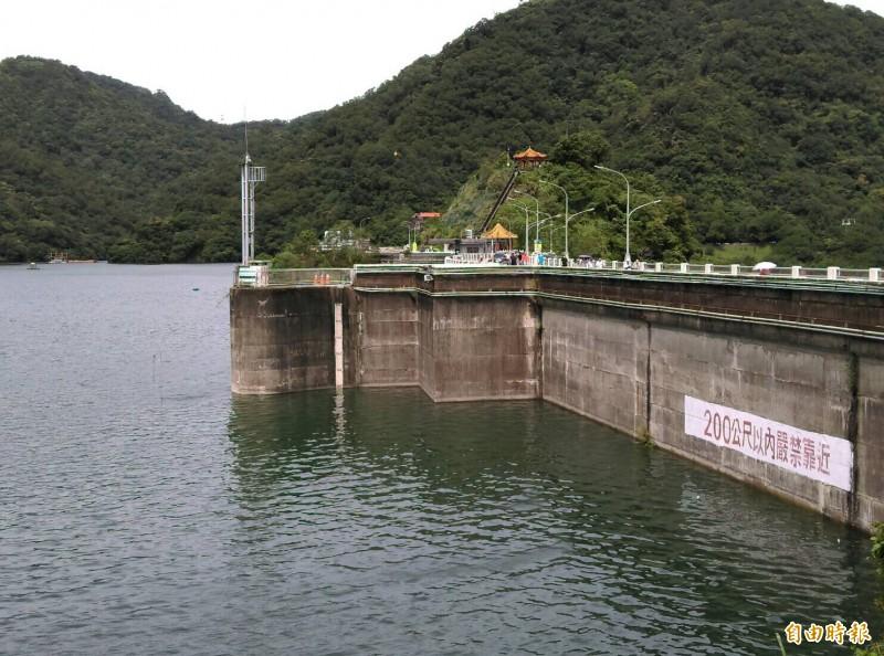 利奇馬颱風來勢洶洶,石門水庫進行調節性放水預降水位。(記者李容萍攝)