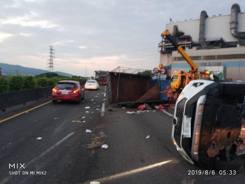 國道1號南下343.8公里岡山路段,今天上午發生一起3車追撞車禍事故,造成1名大貨車乘客死亡、3人受傷。(讀者提供)